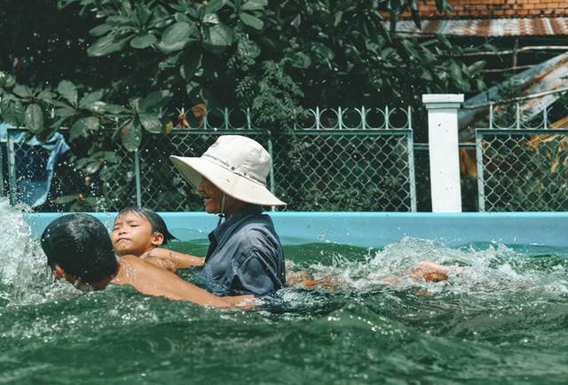 Bà Sáu Thia, người 17 năm dạy bơi miễn phí cho hàng ngàn trẻ em vùng sông nước - Ảnh 8.