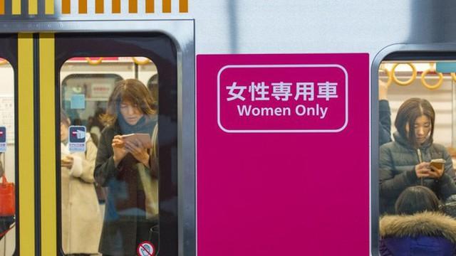 Một khoang tàu dành riêng cho phụ nữ - một điều sẽ không xảy ra nếu quấy rối tình dục không phải là một vấn nạn ở Nhật Bản.