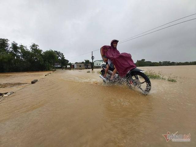 Mưa lớn suốt 2 ngày, thủy điện xả lũ, hàng trăm dân Hà Tĩnh bị cô lập - Ảnh 5.