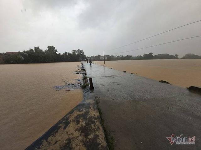 Mưa lớn suốt 2 ngày, thủy điện xả lũ, hàng trăm dân Hà Tĩnh bị cô lập - Ảnh 6.