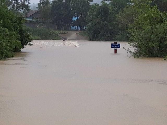 Mưa lớn suốt 2 ngày, thủy điện xả lũ, hàng trăm dân Hà Tĩnh bị cô lập - Ảnh 8.