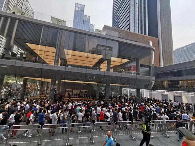Người Trung Quốc xếp hàng mua điện thoại mới của Huawei - Ảnh 2.
