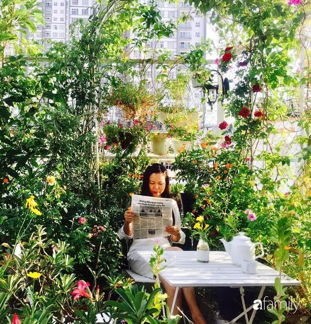 Khu vườn 30m² muôn hoa đua nở trên sân thượng của bà mẹ 3 con ở TP. HCM - Ảnh 1.