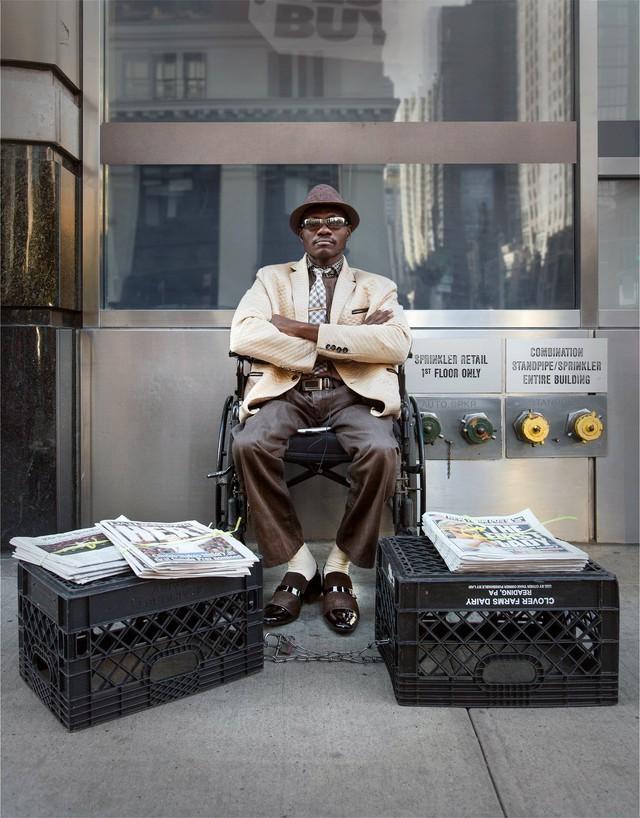 Mặc vest đi giày Tây bán báo, chàng trai vô gia cư trở thành người giàu sở hữu nhà giữa New York - Ảnh 9.
