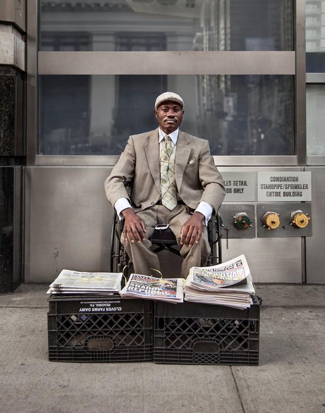 Mặc vest đi giày Tây bán báo, chàng trai vô gia cư trở thành người giàu sở hữu nhà giữa New York - Ảnh 4.