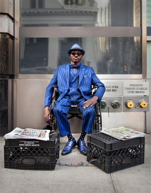 Mặc vest đi giày Tây bán báo, chàng trai vô gia cư trở thành người giàu sở hữu nhà giữa New York - Ảnh 6.