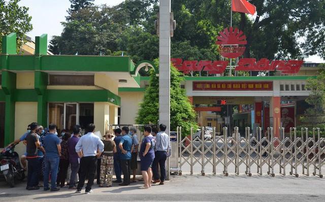 Dân kéo ra Công ty Rạng Đông đòi đối thoại sau thông tin 15,1 - 27,2kg thủy ngân đã phát tán ra môi trường - Ảnh 1.