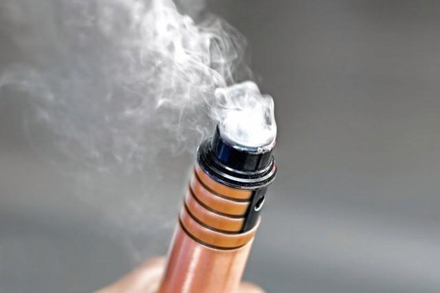 Năm người chết sau khi hút thuốc lá điện tử: Mỹ khuyến cáo người dân ngừng sử dụng loại hình thuốc lá này - Ảnh 1.