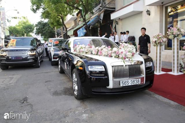 ĐỘC QUYỀN: Toàn cảnh lễ đưa dâu bằng dàn siêu xe hơn 100 tỷ của con gái đại gia Minh Nhựa, quà cưới toàn vàng, kim cương đeo đỏ tay - Ảnh 1.