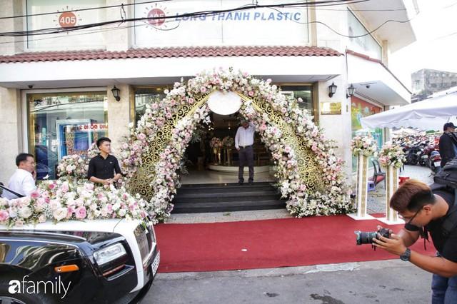 ĐỘC QUYỀN: Toàn cảnh lễ đưa dâu bằng dàn siêu xe hơn 100 tỷ của con gái đại gia Minh Nhựa, quà cưới toàn vàng, kim cương đeo đỏ tay - Ảnh 3.