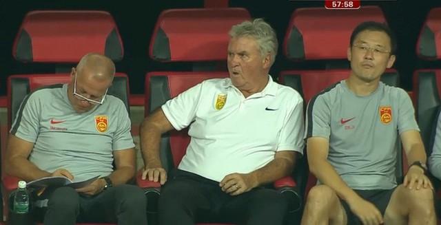 Ngồi im nhìn U22 Trung Quốc thua U22 Việt Nam, HLV Guus Hiddink bị chê thậm tệ - Ảnh 1.