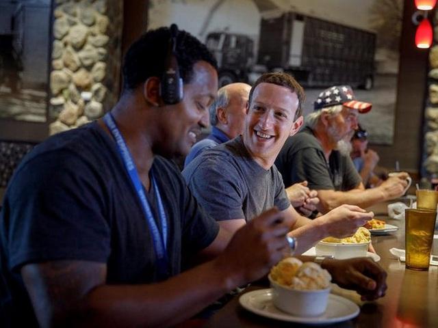 Nhìn lại thử thách 10 năm của Mark Zuckerberg: từ đeo cà vạt mỗi ngày, chỉ ăn thịt con vật mình giết được tới giải cứu Facebook - Ảnh 3.