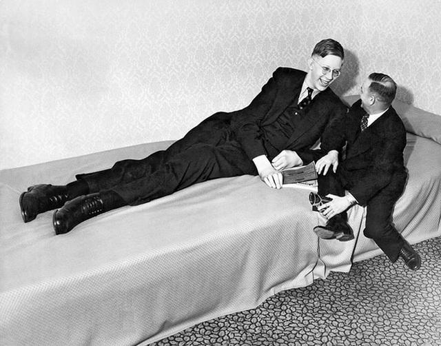 Cuộc đời kì lạ và bi thảm của người đàn ông cao nhất thế giới: Nổi tiếng khắp nơi nhưng ra đi ở tuổi 22 vì một vết nhiễm trùng nhỏ - Ảnh 1.