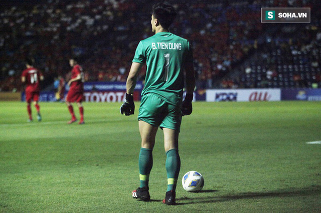 Bùi Tiến Dũng đau đớn ngã xuống sân, Thành Chung, Đình Trọng bảo vệ đồng đội theo cách cực gắt - Ảnh 11.