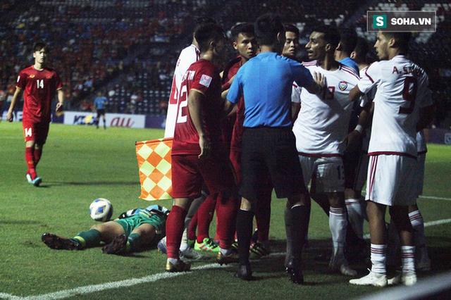 Bùi Tiến Dũng đau đớn ngã xuống sân, Thành Chung, Đình Trọng bảo vệ đồng đội theo cách cực gắt - Ảnh 5.