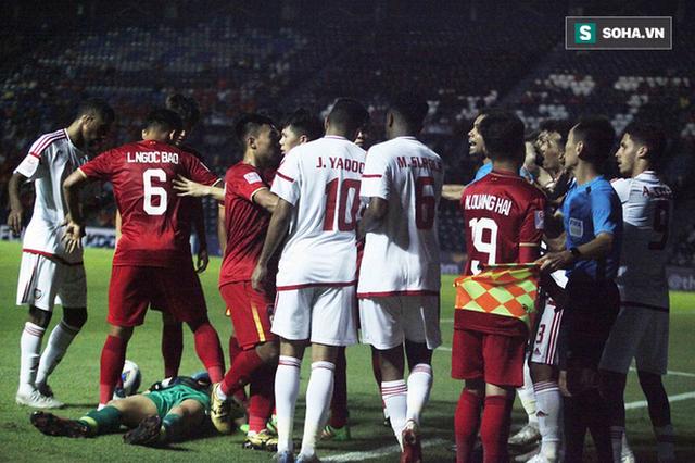 Bùi Tiến Dũng đau đớn ngã xuống sân, Thành Chung, Đình Trọng bảo vệ đồng đội theo cách cực gắt - Ảnh 7.