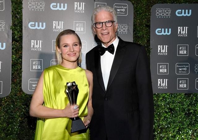 Mở đầu 2020 rạng rỡ: Trang phục do Công Trí thiết kế giúp Kristen Bell chiếm trọn spotlight khi nhận giải thưởng danh giá đầu tiên trong sự nghiệp - Ảnh 4.