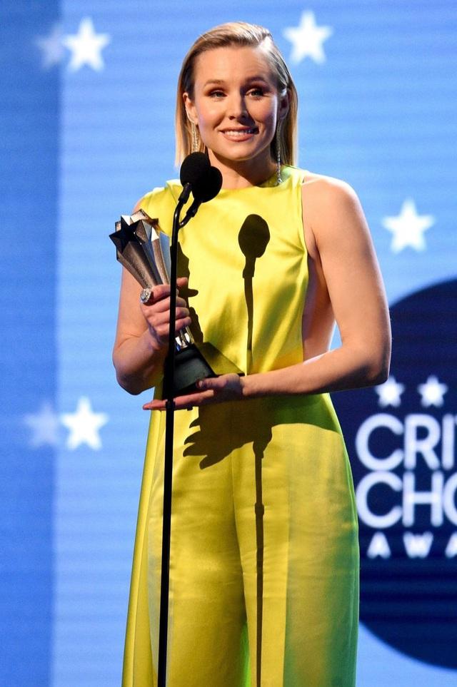 Mở đầu 2020 rạng rỡ: Trang phục do Công Trí thiết kế giúp Kristen Bell chiếm trọn spotlight khi nhận giải thưởng danh giá đầu tiên trong sự nghiệp - Ảnh 3.