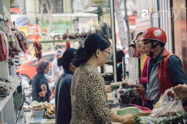 Quốc Hương - tiệm giò chả cứ đến Tết là người Hà Nội xếp hàng dài mua đồ và chuyện thách cưới giờ mới kể của bà chủ nức tiếng đẹp người đẹp nết - Ảnh 2.