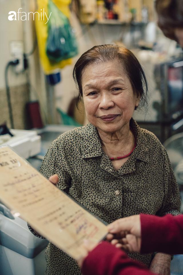 Quốc Hương - tiệm giò chả cứ đến Tết là người Hà Nội xếp hàng dài mua đồ và chuyện thách cưới giờ mới kể của bà chủ nức tiếng đẹp người đẹp nết - Ảnh 9.