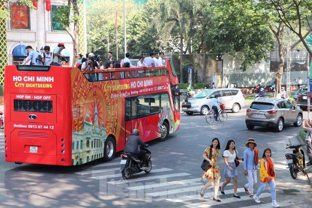 Người Sài Gòn háo hức trải nghiệm xe buýt 2 tầng mui trần lần đầu xuất hiện - Ảnh 1.