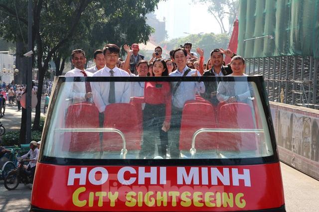 Người Sài Gòn háo hức trải nghiệm xe buýt 2 tầng mui trần lần đầu xuất hiện - Ảnh 2.