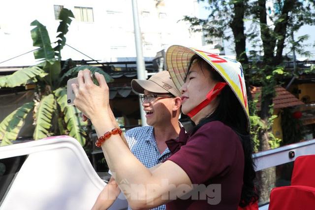 Người Sài Gòn háo hức trải nghiệm xe buýt 2 tầng mui trần lần đầu xuất hiện - Ảnh 10.