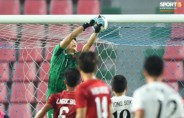 Cận cảnh pha Tiến Dũng sai lầm nghiêm trọng, cơ hội đi tiếp của U23 Việt Nam bé bằng con kiến - Ảnh 2.