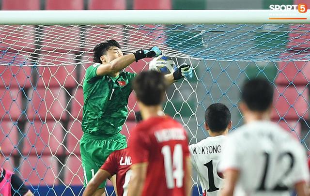 Cận cảnh pha Tiến Dũng sai lầm nghiêm trọng, cơ hội đi tiếp của U23 Việt Nam bé bằng con kiến - Ảnh 3.