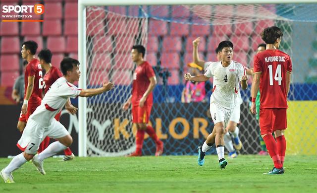 Cận cảnh pha Tiến Dũng sai lầm nghiêm trọng, cơ hội đi tiếp của U23 Việt Nam bé bằng con kiến - Ảnh 4.