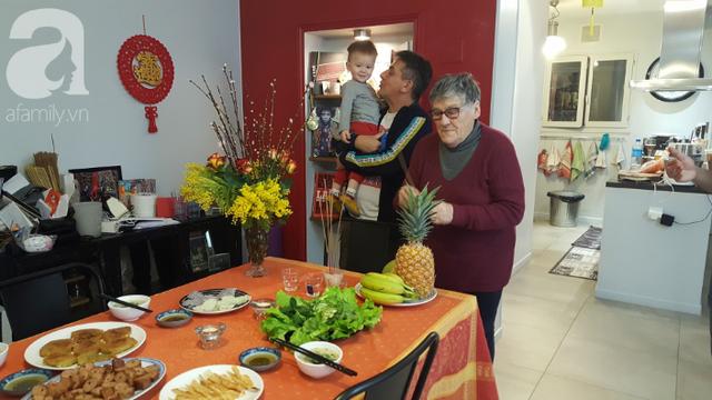 Gái Việt lấy chồng Tây: Chồng lao vào sắm sửa cho vợ bê cả Tết Việt Nam sang xứ người, phản ứng của bố mẹ chồng mới thú vị - Ảnh 5.