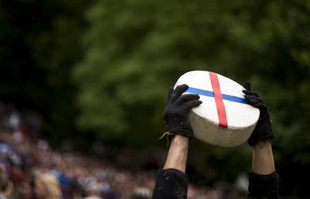 Bất chấp gãy xương hay nhập viện, hàng trăm người vẫn nô nức tham gia lễ hội vồ phô mai điên rồ nhất nước Anh - Ảnh 3.