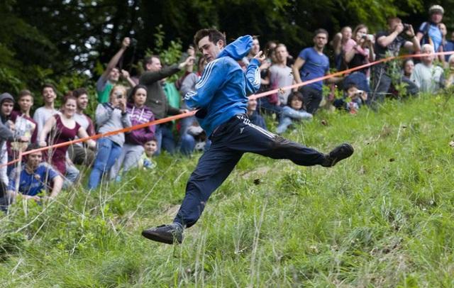 Bất chấp gãy xương hay nhập viện, hàng trăm người vẫn nô nức tham gia lễ hội vồ phô mai điên rồ nhất nước Anh - Ảnh 4.