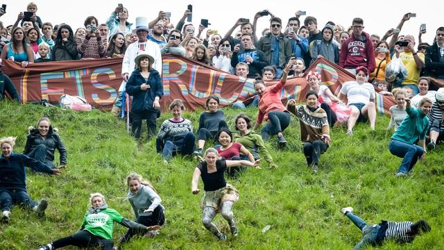 Bất chấp gãy xương hay nhập viện, hàng trăm người vẫn nô nức tham gia lễ hội vồ phô mai điên rồ nhất nước Anh - Ảnh 5.