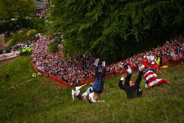 Bất chấp gãy xương hay nhập viện, hàng trăm người vẫn nô nức tham gia lễ hội vồ phô mai điên rồ nhất nước Anh - Ảnh 6.