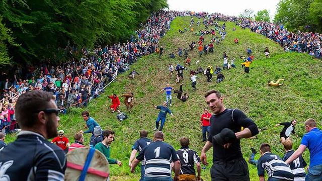 Bất chấp gãy xương hay nhập viện, hàng trăm người vẫn nô nức tham gia lễ hội vồ phô mai điên rồ nhất nước Anh - Ảnh 7.