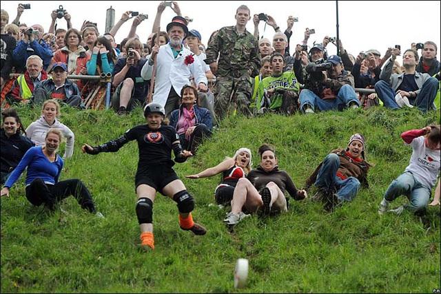 Bất chấp gãy xương hay nhập viện, hàng trăm người vẫn nô nức tham gia lễ hội vồ phô mai điên rồ nhất nước Anh - Ảnh 9.
