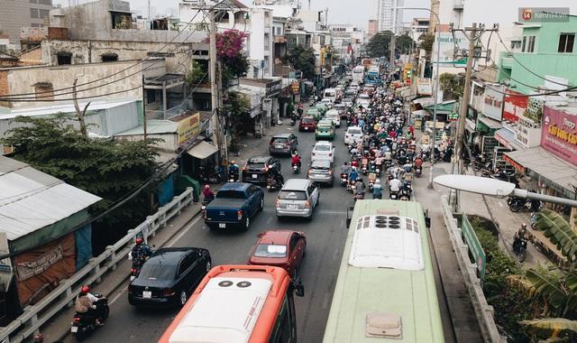 Chùm ảnh Flycam người dân ùn ùn đổ về quê ăn Tết, các ngả đường về bến xe lớn nhất Sài Gòn ùn tắc kinh hoàng - Ảnh 2.