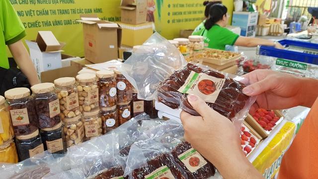 Ở Sài Gòn sắm đặc sản Bắc - Trung - Nam ăn Tết với giá chợ - Ảnh 1.