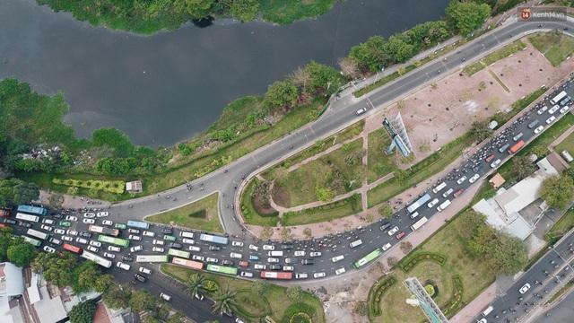 Chùm ảnh Flycam người dân ùn ùn đổ về quê ăn Tết, các ngả đường về bến xe lớn nhất Sài Gòn ùn tắc kinh hoàng - Ảnh 13.