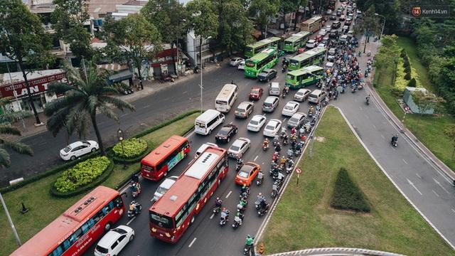 Chùm ảnh Flycam người dân ùn ùn đổ về quê ăn Tết, các ngả đường về bến xe lớn nhất Sài Gòn ùn tắc kinh hoàng - Ảnh 15.