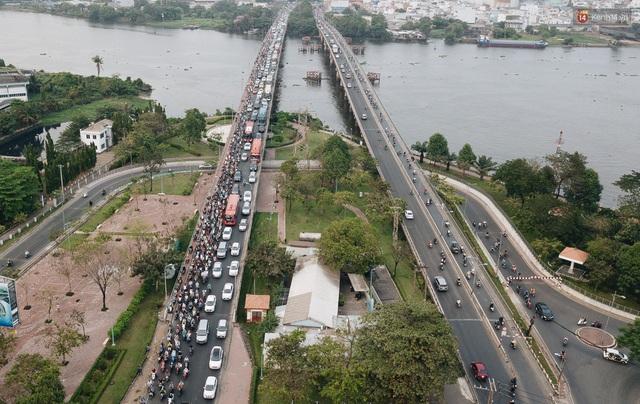 Chùm ảnh Flycam người dân ùn ùn đổ về quê ăn Tết, các ngả đường về bến xe lớn nhất Sài Gòn ùn tắc kinh hoàng - Ảnh 17.