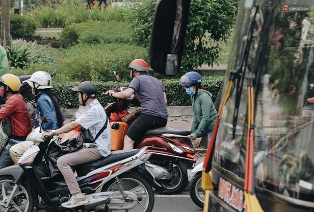 Chùm ảnh Flycam người dân ùn ùn đổ về quê ăn Tết, các ngả đường về bến xe lớn nhất Sài Gòn ùn tắc kinh hoàng - Ảnh 20.