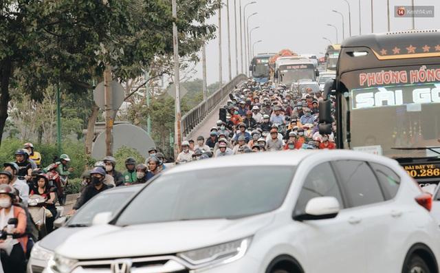 Chùm ảnh Flycam người dân ùn ùn đổ về quê ăn Tết, các ngả đường về bến xe lớn nhất Sài Gòn ùn tắc kinh hoàng - Ảnh 21.