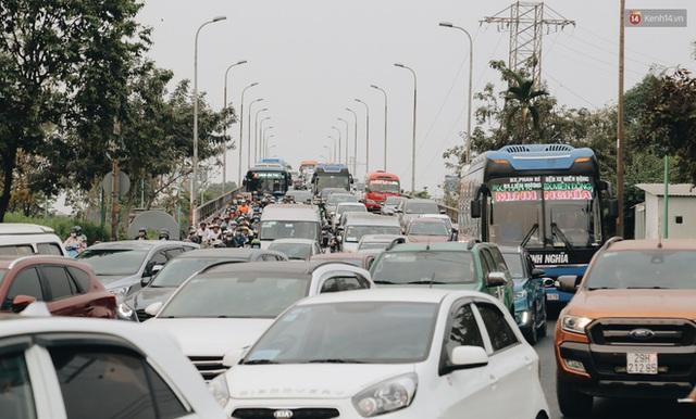 Chùm ảnh Flycam người dân ùn ùn đổ về quê ăn Tết, các ngả đường về bến xe lớn nhất Sài Gòn ùn tắc kinh hoàng - Ảnh 22.