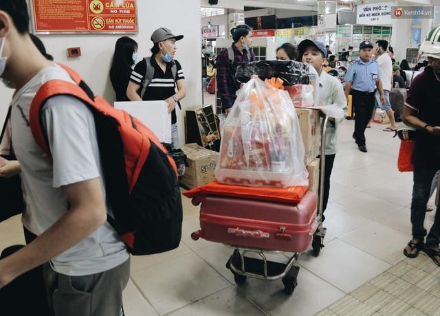 Chùm ảnh Flycam người dân ùn ùn đổ về quê ăn Tết, các ngả đường về bến xe lớn nhất Sài Gòn ùn tắc kinh hoàng - Ảnh 25.