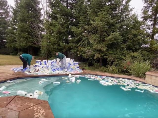 Thử nghiệm hút cạn nước bể bơi bằng 100.000 cuộn giấy vệ sinh, anh YouTuber bị cộng đồng mạng ném đá không thương tiếc - Ảnh 2.