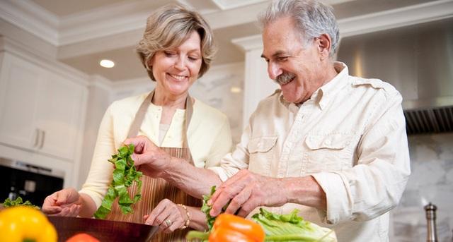 Nghiên cứu: Những người giàu đang sống lâu hơn người nghèo tới gần 10 năm - Ảnh 1.