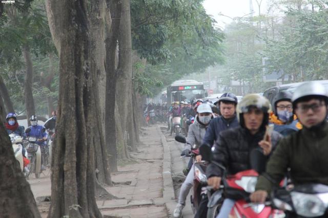 Bến xe vắng vẻ lạ thường, đường phố Thủ đô ùn ứ ngày 27 Tết - Ảnh 1.