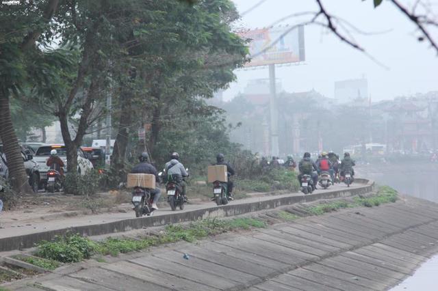 Bến xe vắng vẻ lạ thường, đường phố Thủ đô ùn ứ ngày 27 Tết - Ảnh 3.